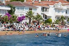 Mening van de veerboot, die langs de route Istanboel - Buyukada loopt Architectuur en toeristen op het eiland Kinaliada, Turkije Royalty-vrije Stock Fotografie
