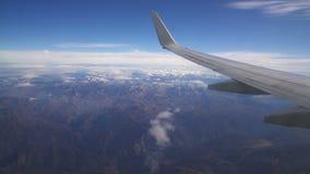 Mening van de vliegtuigen aan de bergen stock videobeelden