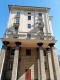 mening van de voorgevel van het gebouw met kolommen, beeldhouwwerken royalty-vrije stock afbeelding