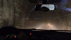 Mening van de vrachtwagenaandrijving van bestuurderscabine door donkere tunnel stock footage