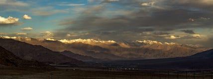 Mening van de waaier van Himalayagebergte op de manier aan Leh Ladakh India stock fotografie
