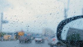 Mening van de weg van het autoraam door de regen blur stock footage