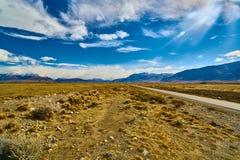 Mening van de weg, het Meer Argentino en de bergen Argentijns Patagonië in de Herfst royalty-vrije stock foto's