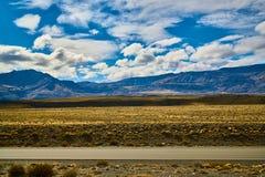 Mening van de weg, het Meer Argentino en de bergen Argentijns Patagonië in de Herfst stock afbeelding