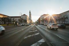 Mening van de weg op de straat Leopoldstrasse in München - het kapitaal van Beieren in Duitsland Snelle vage motieauto  stock afbeelding