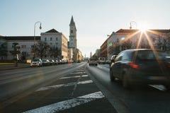 Mening van de weg op de straat Leopoldstrasse in München - het kapitaal van Beieren in Duitsland Snelle vage motieauto  stock afbeeldingen