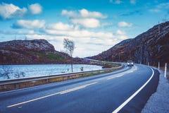 Mening van de weg in strenge aard van noordelijk Noorwegen met auto royalty-vrije stock fotografie