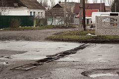 Mening van de wegen in de stad, de wegen van de oostelijke Oekraïne na de oorlog, Kramatorsk Royalty-vrije Stock Foto