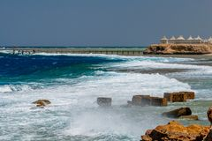 Mening van de Wilde Golven die over de Golfbreker bij de Pijler in Calimera Habiba Beach Resort breken stock afbeelding