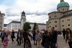 Mening van de witte bouw van het Museum van Salzburg oostenrijk Stock Foto's