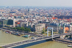 Mening van de witte brug en de Donau in Boedapest Stock Foto's
