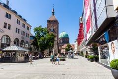 Mening van de Witte Toren (Weisser Turm) in het oude stadsdeel van N royalty-vrije stock foto's