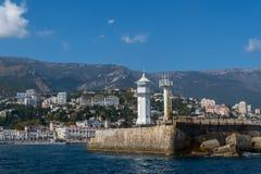 Mening van de Yalta-vuurtoren van het overzees stock afbeeldingen
