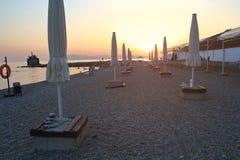 Mening van de zonsondergang op het strand met kiezelstenen Stock Fotografie