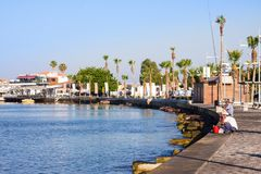 Mening van dijk bij Paphos-Haven, Cyprus Vissers op dijk Royalty-vrije Stock Afbeelding