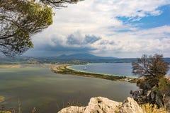 Mening van Divari-Strand en de Divari-lagune in het gebied van de Peloponnesus van Griekenland, van Palaiokastro royalty-vrije stock foto's