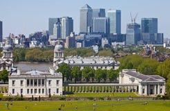 Mening van Docklands en Koninklijke Zeeuniversiteit in Londen. Royalty-vrije Stock Afbeeldingen