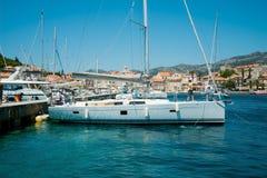 Mening van dok en marien landschap Het reizen, zeilen, het varen stock afbeelding