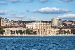 Mening van Dolmabahce-paleis van Bosphorus, Istanboel, Turkije Stock Afbeelding