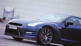 Mening van donkerblauwe nieuwe auto wielen presentatie koplampen auto Koude schaduwen stock video