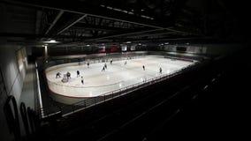 Mening van donkere linkertribune op hockey op behandelde ijsbaan Langzame Motie stock footage