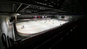 Mening van donkere linkertribune op hockey op behandelde ijsbaan Langzame Motie stock video