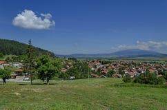 Mening van dorp Belchin aan Vitosha berg Stock Afbeelding