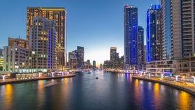 Mening van Doubai Marina Towers en kanaal in de dag van Doubai aan nacht timelapse stock footage