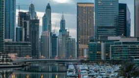 Mening van Doubai Marina Towers en kanaal in de nacht van Doubai aan dag timelapse stock footage