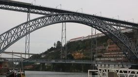 Mening van Douro-rivier en Dom Luis I Brug op centrum van Porto stock videobeelden