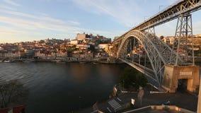 Mening van Douro-rivier en Dom Luis I brug, Porto stock footage