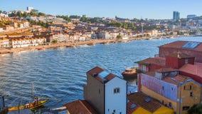 Mening van Douro-rivier en kusten van Ribeira en van Vila Nova de Gaia Stock Foto's