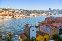 Mening van Douro-rivier en kusten van Ribeira en van Vila Nova de Gaia Royalty-vrije Stock Fotografie