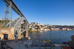 Mening van Douro-rivier en kusten van Ribeira en van Vila Nova de Gaia Stock Foto