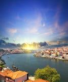 Mening van Douro-rivieroever en Dom Luiz-brug Porto Portugal Stock Foto