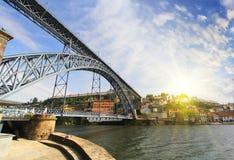 Mening van Douro-rivieroever van de Dom Luiz-brug, Porto, Portugal Stock Foto's