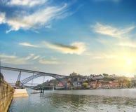 Mening van Douro-rivieroever van de Dom Luiz-brug, Porto, Portugal Royalty-vrije Stock Afbeelding