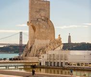 Mening van drie oriëntatiepunten van Lissabon op de Tagus-rivier Stock Foto's