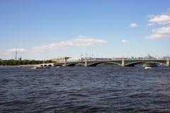 Mening van Drievuldigheidsbrug en de rivier Neva Heilige Petersburg Stock Foto