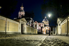 Mening van Drievuldigheidskathedraal van Alexander Nevsky Lavra in de nacht stock foto's