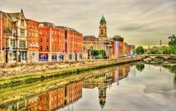 Mening van Dublin met de rivier Liffey stock afbeeldingen