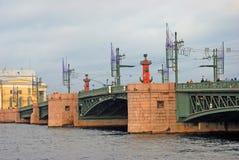 Mening van Dvortsovy-brug over de Neva-rivier Stock Foto