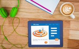 Mening van een bedrijfsbureau met 3d tablet Stock Afbeelding
