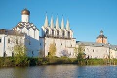 Mening van een belltower van het klooster van Tikhvin Uspensky in de Oktober-avond Tikhvin, Rusland Stock Foto