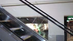 Mening van een bewegende roltrap stock videobeelden