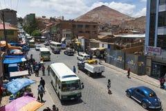 Mening van een bezige straat in de stad van Potosi met Cerro Rico op de achtergrond Royalty-vrije Stock Afbeeldingen