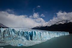 Mening van een blauwe gletsjer op een meer Royalty-vrije Stock Foto