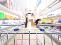 Mening van een boodschappenwagentje bij supermarkt stock afbeeldingen