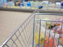 Mening van een boodschappenwagentje met kruidenierswinkelpunten royalty-vrije stock fotografie