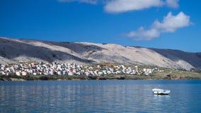 Mening van een boot in het Pag-dorp Royalty-vrije Stock Foto's